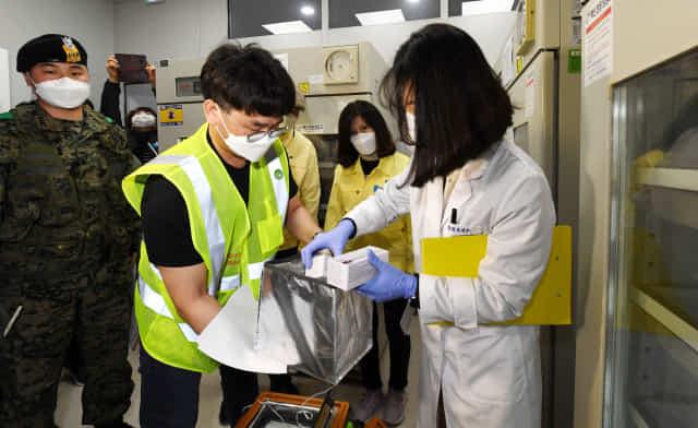 신종 코로나바이러스 감염증(코로나19) 백신 접종을 하루 앞둔 25일 오전 창원시보건소에 도착한 아스트라제네카(AZ) 코로나19 백신을 보건소 관계자가 냉동고로 옮기고 있다./성승건 기자/