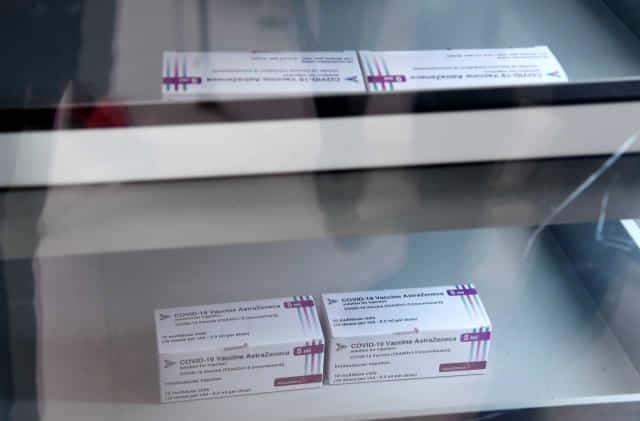 신종 코로나바이러스 감염증(코로나19) 백신 접종을 하루 앞둔 25일 오전 창원시보건소에 도착한 아스트라제네카(AZ) 코로나19 백신이 냉동고에 보관되어 있다./성승건 기자/
