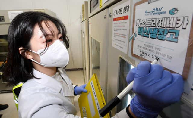 신종 코로나바이러스 감염증(코로나19) 백신 접종을 하루 앞둔 25일 오전 창원시보건소에 도착한 아스트라제네카(AZ) 코로나19 백신을 보건소 관계자가 냉동고에 옮긴 후 입고일을 적고 있다./성승건 기자/
