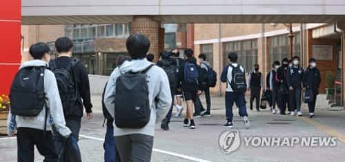 지난해 10월 19일 오전 서울 용산구의 한 중학교에서 학생들이 등교하고 있다. [연합뉴스 자료사진]