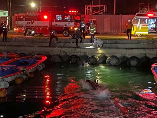 27일 오후 통영해경 사천파출소 구조대원들이 삼천포신항 앞바다에서 익수자를 구조하고 있다./통영해양경찰서/