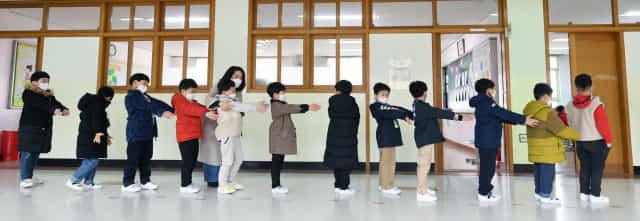 2일 오전 창원시 의창구 신월초등학교 입학식이 1학년 각 교실에서 열렸다. 거리두기를 위해 교사가 학생들에게 '앞으로 나란히'를 가르쳐주고 있다./김승권 기자/