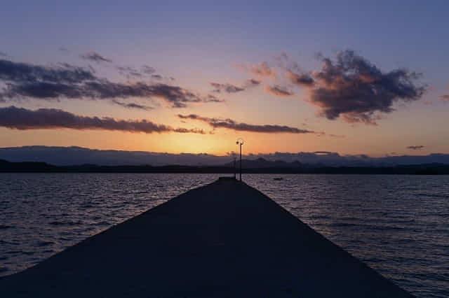 사천 무지갯빛 해안도로 선착장에서 저녁 무렵 맞딱뜨리는 석양이 장관이다.