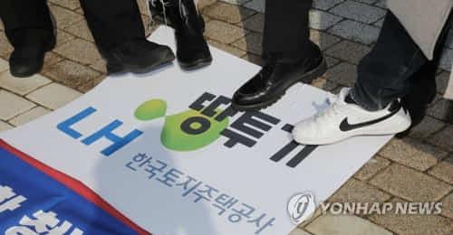 청년진보당의 LH 직원 땅 투기 항의 퍼포먼스 [연합뉴스 자료 사진]