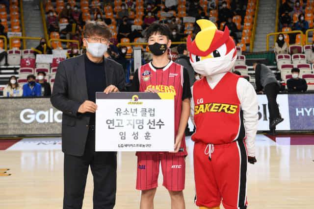 창원 LG 세이커스의 연고 계약 선수인 임성훈(가운데)이 한상욱 LG 단장과 기념사진을 찍고 있다./KBL/