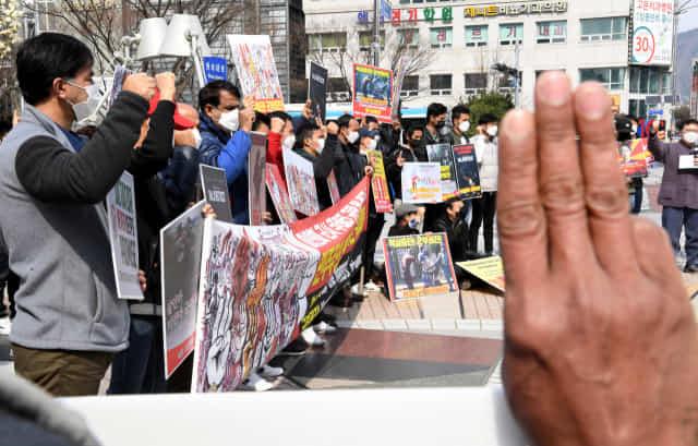 도내 미얀마 교민들과 시민사회단체 회원들이 7일 오후 창원 한서병원 앞 광장에서 미얀마 군부 쿠데타를 규탄하고 지역 연대를 촉구하는 결의대회를 열고 있다./성승건 기자/
