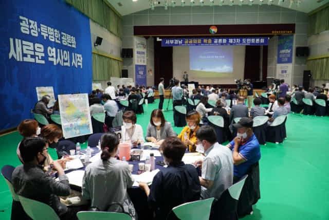 지난해 6월 서부경남 공공의료 확충 공론화 제3차 도민토론회에서 도민참여단이 논의를 하고 있다.