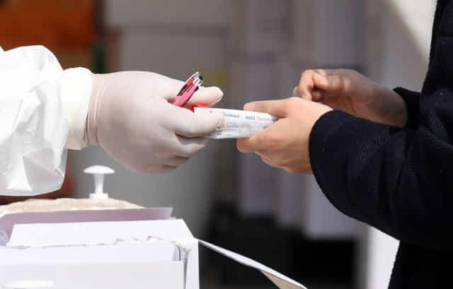 선별진료소에서 의료진이 내원객에게 검사 키트를 전달하고 있다./기사와 무관한 자료사진입니다. 경남신문DB/