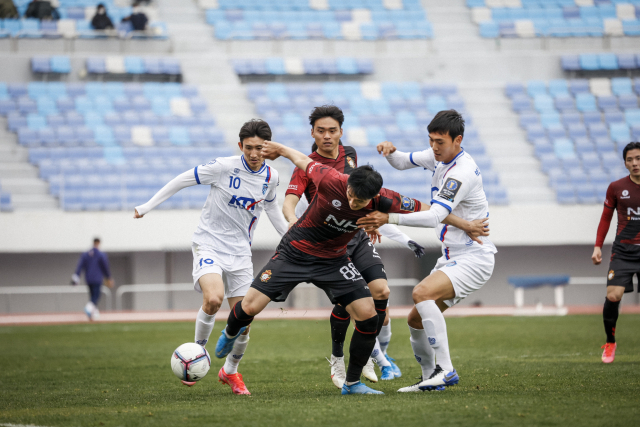 지난달 28일 FA 2라운드 경기에서 경남의 이의형이 대전한국철도축구단 선수들과 볼 경합을 벌이고 있다.