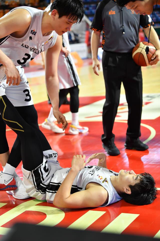 지난 4일 서울 잠실학생체육관에서 열린 서울 SK 나이츠와의 경기에서 창원 LG 세이커스의 박정현(왼쪽)이 왼쪽 다리 통증을 호소하며 코트에 쓰러진 정성우의 다리를 풀어주고 있다. /KBL/