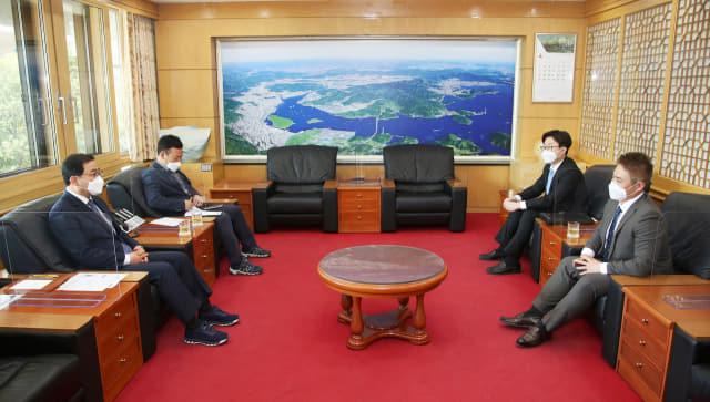 허성무 창원시장과 김영제(앞줄 오른쪽) GE AVIATION KOREA 대표가 7일 창원시청에서 면담을 하고 있다./창원시/