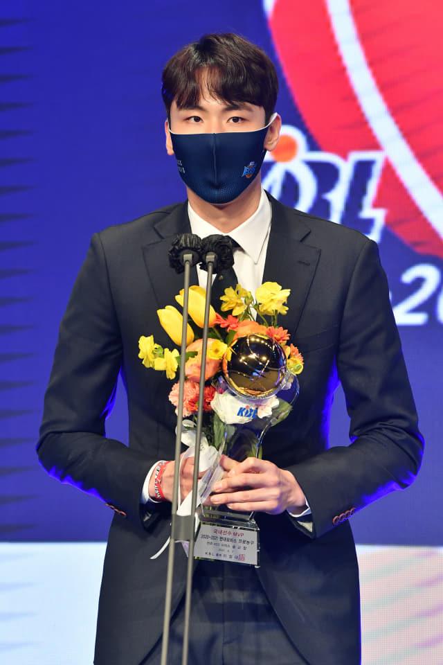 프로농구 MVP에 선정된 KCC 송교창.
