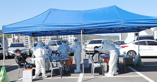 8일 합천군청 광장에서 의료진들이 군청직원들을 대상으로 코로나19 검사를 진행하고 있다./합천군/