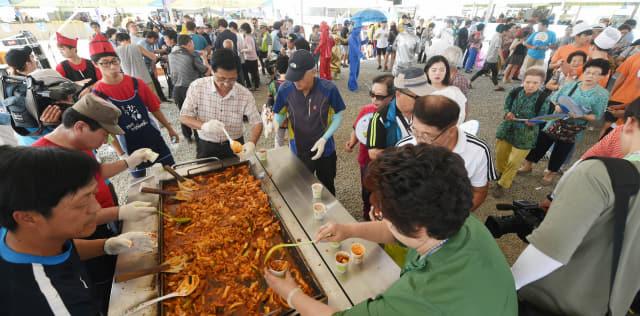춘천 닭갈비축제에 참석한 시민들이 100인분 닭갈비 만들기에 도전하고 있다.