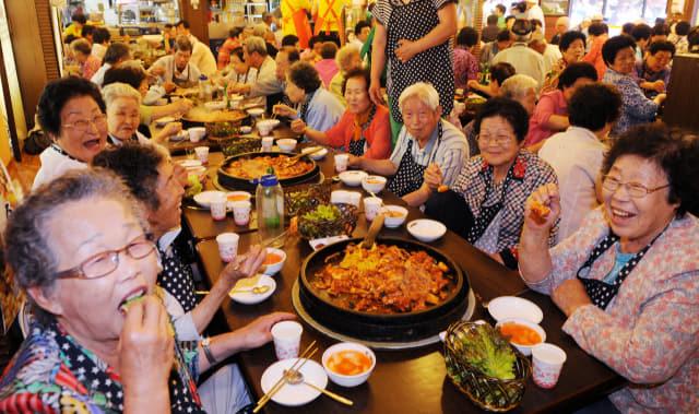 닭갈비를 즐기는 시민들.