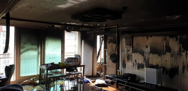 11일 오전 8시께 창원시 진해구 이동지역 아파트에서 화재가 발생했다./창원소방본부 제공/