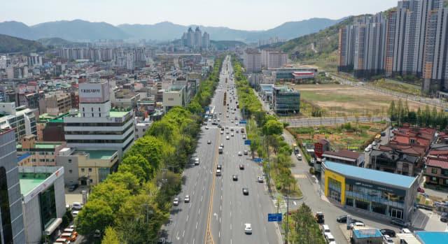 창원 S-BRT 구축사업의 1단계 사업인 원이대로 9.3km 구간의 시작점인 의창구 도계광장에서 바라본 간선도로 전경./김승권 기자/