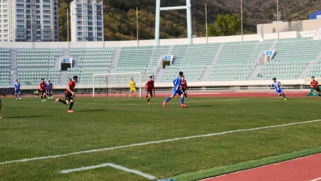 10일 부산 구덕운동장에서 창원시청축구단(빨간색 상의)과 부산교통공사축구단이 경기를 하고 있다./창원시청/