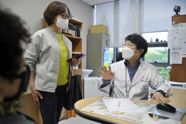 창원파티마병원 신경과 권재철 교수가 알츠하이머 치매 치료에 대해 설명하고 있다./창원파티마병원/