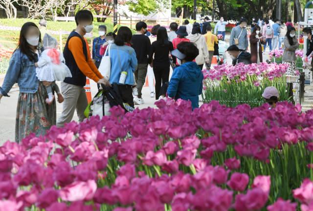 완연한 봄날씨를 보인 11일 오후 김해시 내동 연지공원에서 시민들이 산책로를 걷고 있다./김승권 기자/
