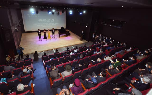 12일 오후 창원시 마산합포구 창동에서 열린 마산문화예술센터 '시민극장' 개관식에서 축하공연이 펼쳐지고 있다./김승권 기자/