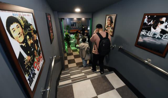 12일 오후 창원시 마산합포구 창동에서 26년만에 다시 개관한 '마산문화예술센터 시민극장'에 옛 영화 포스터가 붙어 있다./김승권 기자/