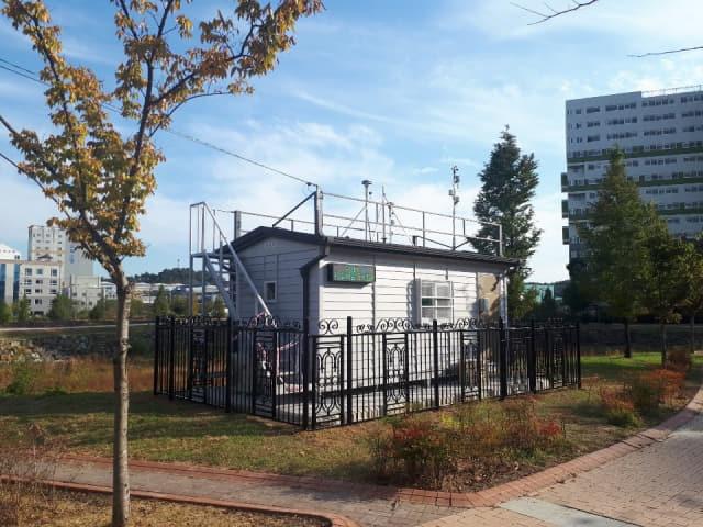 사천시 정촌면의 대기오염측정소.