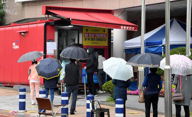 12일 오후 창원시 창원보건소 코로나19 선별진료소에서 내원객들이 검사를 기다리고 있다./성승건 기자/