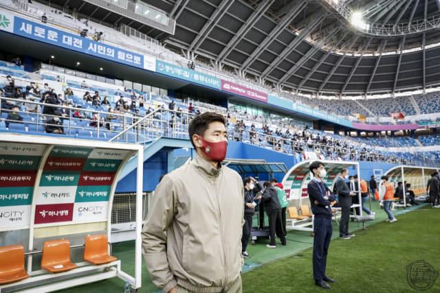 경남FC 설기현 감독이 11일 대전월드컵경기장에서 열린 대전하나시티즌과 경기를 지켜보고 있다./경남FC/