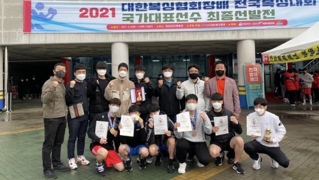 경남체고 감독과 선수들이 우승한 후 기념촬영을 하고 있다./경남체고/