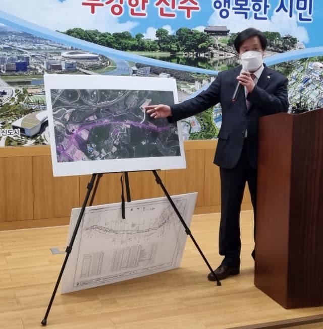류재수 진주시의원이 13일 시청 브리핑룸에서 공직자 부동산 투기 행위와 관련한 기자회견을 열고 있다. /연합뉴스/