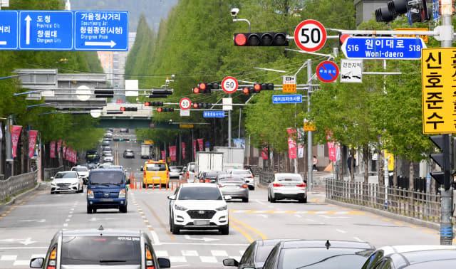 도심부 보행자 교통사고를 줄이기 위한 '안전속도 5030' 정책이 17일부터 전국에서 시행되는 가운데 15일 오후 창원시 의창구 도심부 일반도로에 시속 50㎞ 속도제한 표지판이 부착돼 있다./성승건 기자/