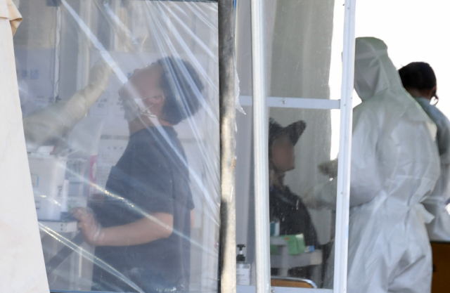 김해시보건소 선별진료소에서 시민들이 코로나19 검사를 받고 있다./경남신문 자료사진/