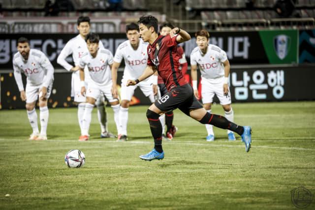 경남FC 이정협이 17일 부산아이파크와의 경기에서 페널티 킥을 하고 있다. /경남FC/