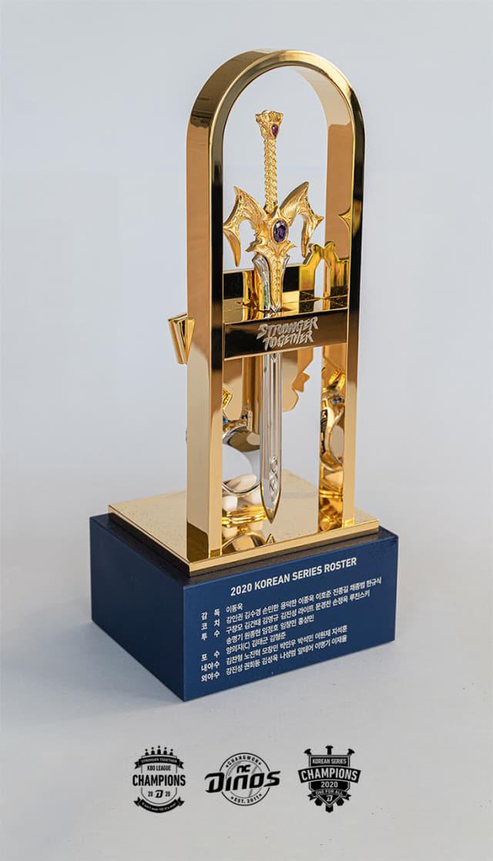 17일 공개된 NC 다이노스 우승 반지를 담은 트로피 케이스. 케이스는 한국시리즈 우승 세리머니에서 사용한 집행검을 본 따 만들었다. /NC 다이노스/