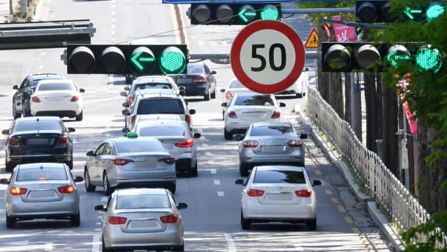 도심부 보행자 교통사고를 줄이기 위한 '안전속도 5030' 정책이 시행된 첫 주말인 18일 오후 차량들이 제한속도 50㎞인 도로를 지나가고 있다./성승건 기자/