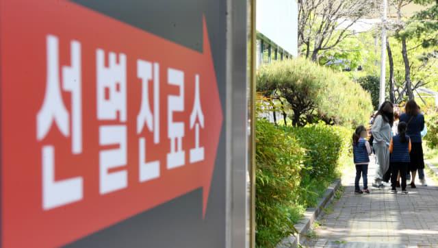 도내 코로나19 확산세가 연일 계속되는 가운데 18일 오후 김해시보건소 선별진료소에 내원객들이 코로나19 검사를 기다리고 있다./성승건 기자/
