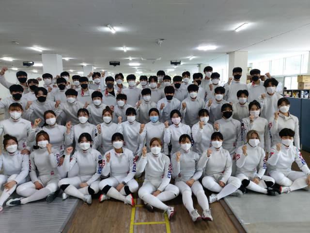 한국국제대 펜싱부 학생들이 훈련에 앞서 기념 촬영을 하고 있다.