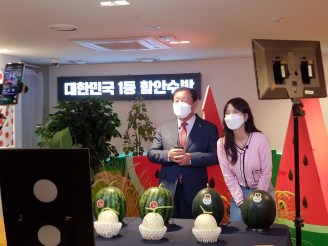 지난 30일 오후 1시 30분 롯데백화점 마산점 8층에서 진행된 함안수박 '라이브커머스' 방송