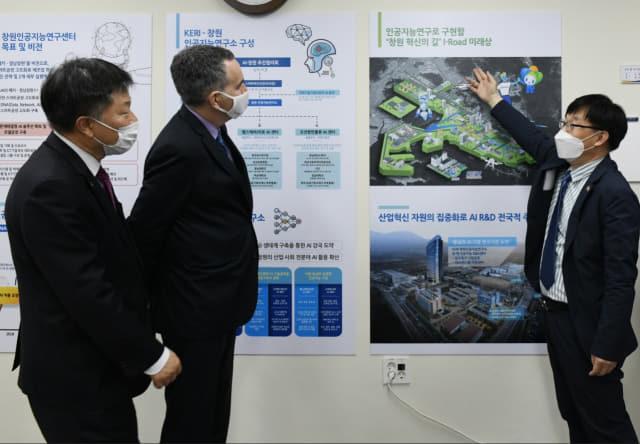 마이클 대나허 주한 캐나다 대사(가운데)가 지난 29일 전기연 김종문 인공지능연구센터장으로부터 제조혁신 AI 사업에 대한 보고를 듣고 있다./한국전기연구원/