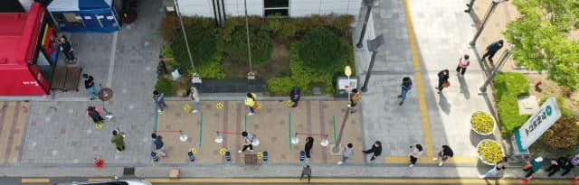 지난달 27일 창원시보건소 선별진료소를 찾은 시민들이 코로나19 검사를 받기 위해 차례를 기다리고 있다./김승권 기자/