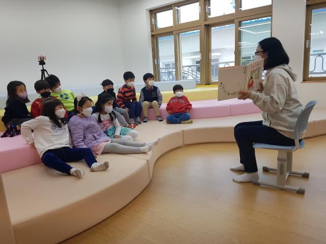 경남도교육청 '작은학교 살리기' 시범학교인 남해 상주초등학교 학생들이 특색있는 수업을 받고 있다./경남도교육청/
