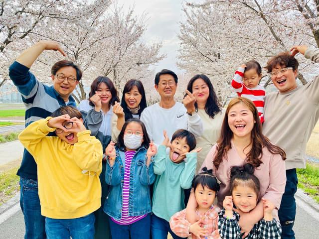 거창군이 개최한 2021 거창군 가족사진 공모전에서 북한에서 온 이모와 함께 사는 대가족의 모습을 담아 최우수상에 선정된 '거창에서 백두까지' 작품./거창군/