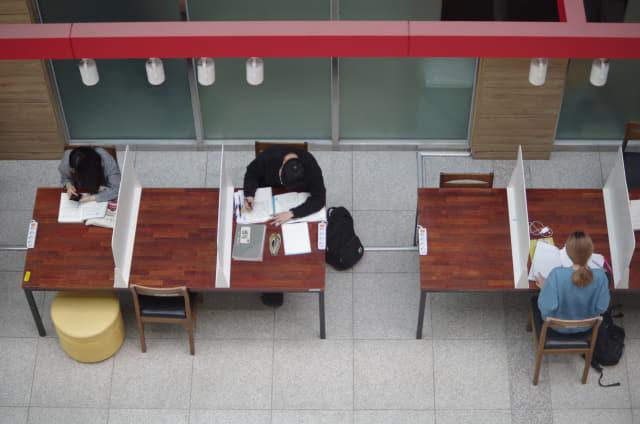 경남대학교 학생들이 시험공부를 하고 있다.