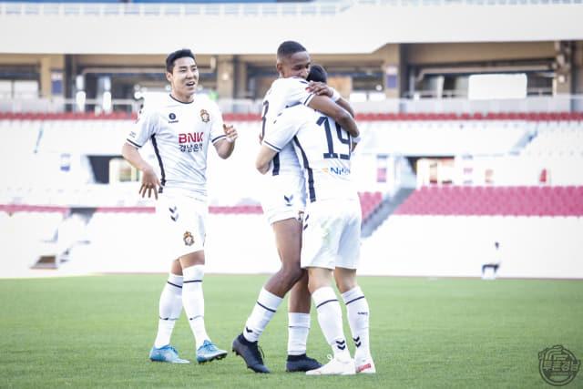경남fc 고경민이 5일 서울 이랜드와의 경기에서 득점을 한 후 동료와 포옹하고 있다./경남fc/
