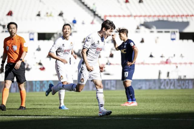 경남FC 고경민이 5일 서울이랜드와의 경기에서 득점한 후 세리머니를 하고 있다.