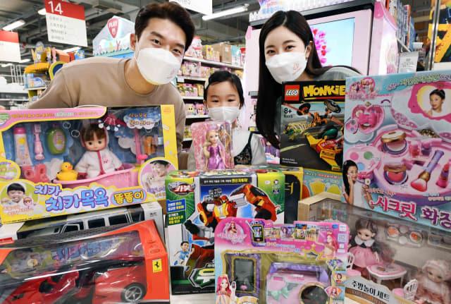 홈플러스가 오는 12일까지 '키즈 페스티벌'을 개최한다. 완구, 의류 등 어린이들에게 선물하기 좋은 다양한 상품을 할인해 선보인다./홈플러스/