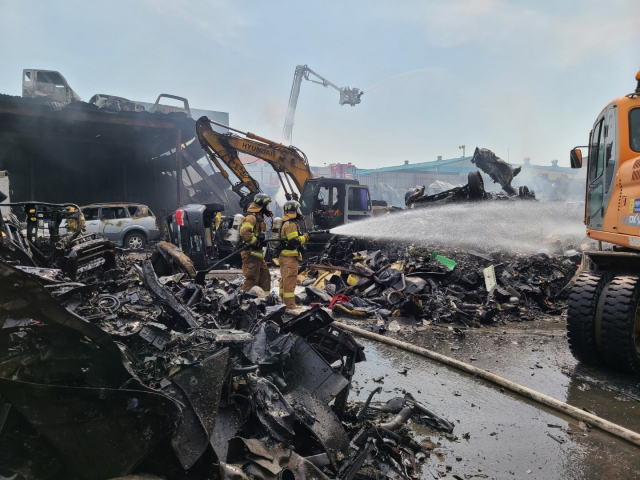 지난달 20일 김해시 진영읍의 한 폐차장에서 불이 나 출동한 소방대가 진화 작업을 벌이고 있다./경남도소방본부/