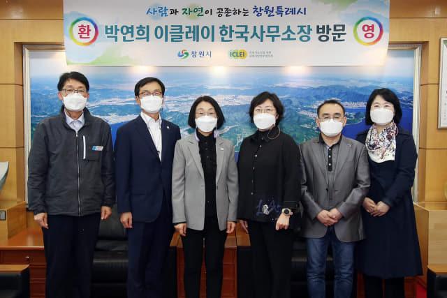 10일 창원시를 방문한 박연희(오른쪽) 이클레이 한국사무소장과 정혜란 부시장.