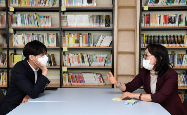 김해 관동초등학교에서 박영란(오른쪽) 교사와 이현석 교사가 스승의 의미에 관해 좌담을 나누고 있다./성승건 기자/